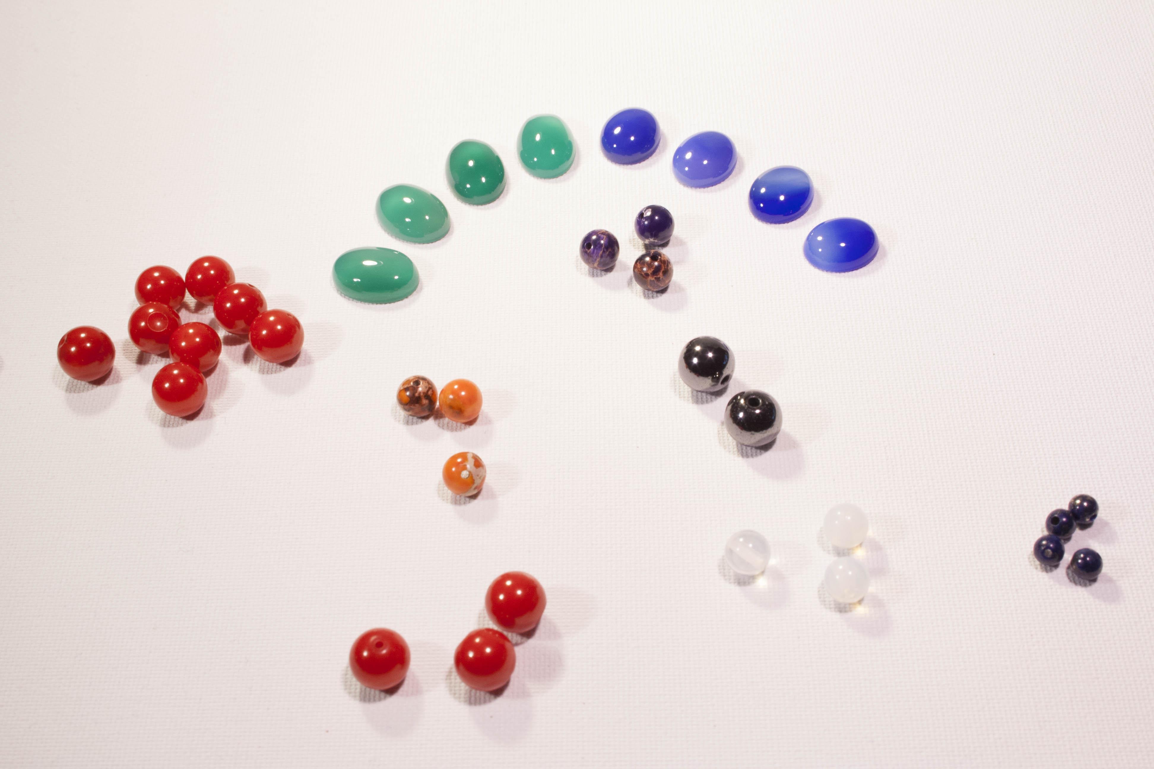 Assortiment d'agates, de magnésite, de quartz, d'améthystes et de d'hématites.